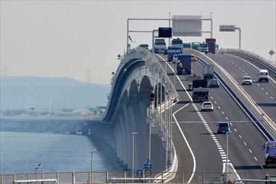 高速道路を低速で走るのは危険